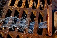 Abwasserrohr mit dem flüssigen Abfall, der heraus fließt Stockfoto