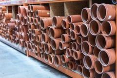 Abwasserrohre im Gebäudespeicher Kilogramm-Abwasserrohre Stapel PVC und keramische Wasserleitungen Stockfotografie