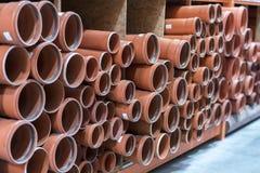 Abwasserrohre im Gebäudespeicher Kilogramm-Abwasserrohre Stapel PVC und keramische Wasserleitungen Stockfotos
