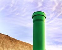 Abwasserrohre im Hauptkeller Stockfoto