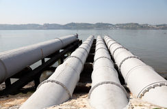 Abwassersystem über dem Fluss Lizenzfreies Stockbild