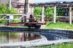 Abwasserwasser, das in den Siedlern filtert Lizenzfreies Stockfoto