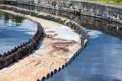 Abwasserwasser, das von den runden Siedlern überläuft Stockfotos