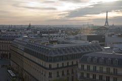 Abwechselnde Pariser Dachspitze Stockfoto