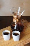 Abwechselnder Kaffee, der mit einem Filter braut Rustikaler Hintergrund, weiße Schalen Stockfoto