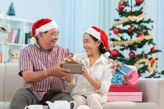Abwechselndes Ein- und Auslagern von Weihnachtsgeschenken Lizenzfreies Stockbild