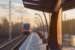 Abweichen des elektrischen Zugs vom kleinen Bahnhof Lizenzfreies Stockfoto