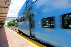 Abweichen des Zugs von der Station in der Perspektivenansicht Lizenzfreie Stockbilder