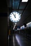 Abweichen eines Zugs vom Bahnhof Stockfotografie