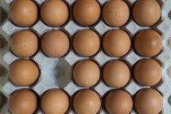 Abwesendes Konzept: Ein Ei verschwindet von der Gruppe von Eiern Stockfoto