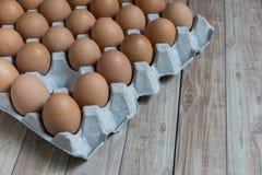 Abwesendes Konzept: Ein Ei verschwindet von der Gruppe von Eiern Lizenzfreie Stockfotografie