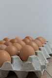 Abwesendes Konzept: Ein Ei verschwindet von der Gruppe von Eiern Stockbild