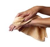 Abwischen der Hände im Tuch Stockfotos