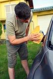 Abwischen des Motor- männlichen Reinigungsautos mit microfiber Stoff, Auto detaili Lizenzfreie Stockbilder
