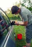 Abwischen des Motor- männlichen Reinigungsautos mit microfiber Stoff, Auto detaili Lizenzfreies Stockbild