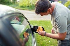 Abwischen des Motor- Mannreinigungsautos mit microfiber Stoff, Auto detailin Stockfotos