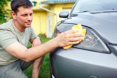 Abwischen des Motor- Mannreinigungsautos mit microfiber Stoff, Auto detailin Lizenzfreies Stockbild