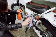 Abwischen des Schmutzes vom Motorrad Lizenzfreie Stockfotografie