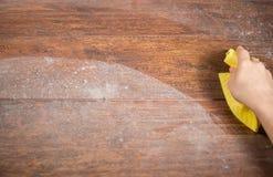 Abwischen des staubigen Holzes unter Verwendung des Lappens Lizenzfreie Stockfotografie
