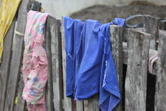 Abwischen des Stoffes auf Zaun Stockfotos