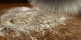 Abwischen für Fingerabdrücke auf Holz Stockbild