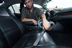 Abwischen innerhalb des Autos Stockbilder