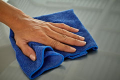 Abwischen mit einem Stoffblau Lizenzfreies Stockbild