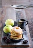 Abwischen mit Puderzucker über Apfelstückchen Lizenzfreie Stockfotos