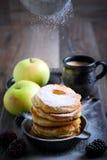 Abwischen mit Puderzucker über Apfelstückchen Lizenzfreies Stockbild