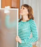 Abwischendes Glas der erwachsenen Frau Lizenzfreies Stockfoto