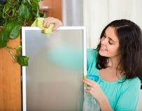 Abwischendes Glas der Frau Möbel Stockbilder