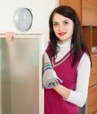 Abwischendes Glas der Hausfrau zu Hause Lizenzfreie Stockfotografie