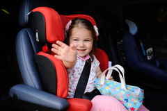 Aby das Mädchen, das in einem Kinderautositz sitzt Lizenzfreie Stockbilder