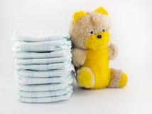 Abyluiers en zacht stuk speelgoed op een witte luier als achtergrond royalty-vrije stock foto's