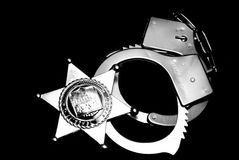 Abzeichen und Handschellen Stockfoto