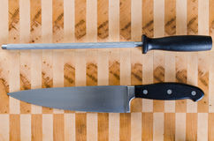 Abziehen des Stahl- und französischen Messers Stockfotos