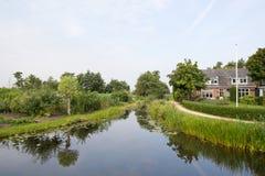 Abzugsgraben in der holländischen Landschaft Stockfoto
