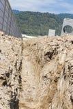 Abzugsgraben; Graben digged durch Bagger Lizenzfreie Stockfotos