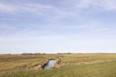 Abzugsgraben und Wiesen im waterland nahe uitdam in Noordholland Stockbild