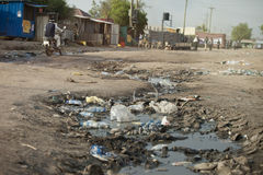 Abzugsgraben voll des Abwassers in Süd-Sudan Stockfotografie
