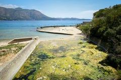 Abzugsgrabenwasser in adriatischem Meer Stockfotos