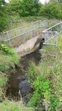 Abzugskanal, der in Fluss Rother ausläuft Lizenzfreie Stockfotos