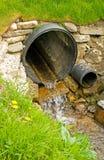Abzugskanal für Ablenkung des Oberflächenwassers. Stockfotos
