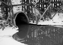 Abzugskanal mit Muddy Creek And Trestle In-Winter Lizenzfreie Stockfotografie