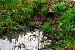 Abzugskanalgussfehlerentleerungs-Abwasserwasser mit wenig puddl Stockbilder