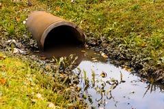Abzugskanalgussfehlerentleerungs-Abwasserwasser mit wenig puddl Lizenzfreie Stockfotografie