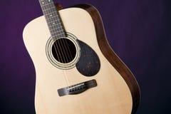 Acústico da guitarra isolado no roxo Imagem de Stock