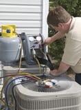 AC安装工与氟利昂的充电装置 库存照片