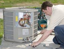 AC安装工焊接在替换空调装置的连接器 免版税库存图片
