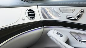 AC透气甲板豪华汽车内部 与力量位子豪华客车的控制按钮的门把手 白革inte 免版税库存照片